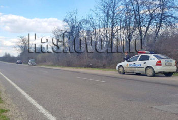 """Ван се удари в учебен автомобил на пътя Хасково - Димитровград следобед, сигнализираха читатели на Haskovo.info. Инцидентът стана в района на кръстовището до комплекс """"Елинор"""" в платното в посока Димитровград. Все още не е ясно каква е точната причина за катастрофата. Основната версия е липса на дистанция или неправилна маневра. Ранени при инцидента няма. Момиче, което е пътувало в единия автомобил е било откарано с линейка в болницата, тъй като е била с трансплантиран орган, но не е пострадала, уточниха от полицията."""