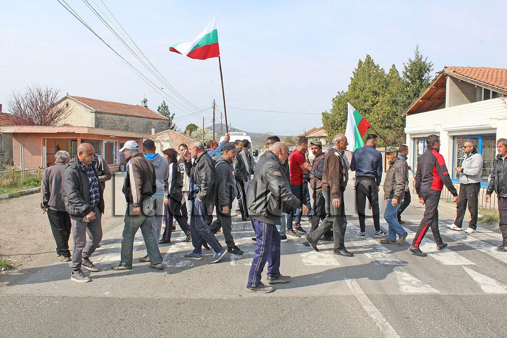 Протестиращи затвориха пътя за Маказа, искат асфалт, вода и канализация в Конуш