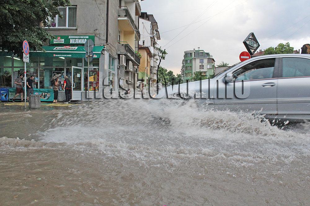 Порой и градушка удариха Хасково, улиците отново станаха плавателни