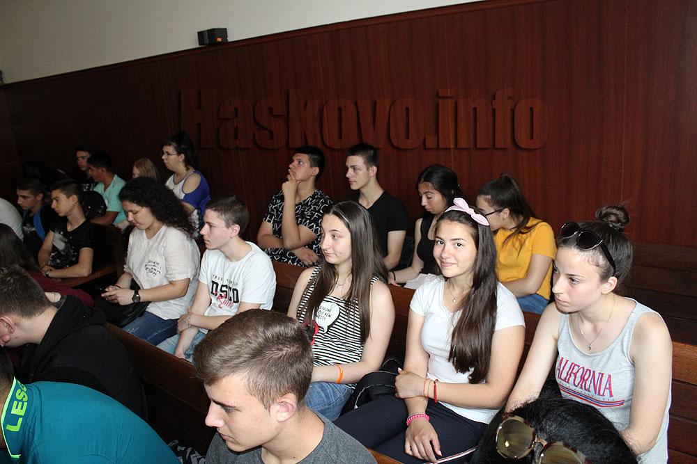Гимназисти с награди от съда след викторина и конкурс за есе
