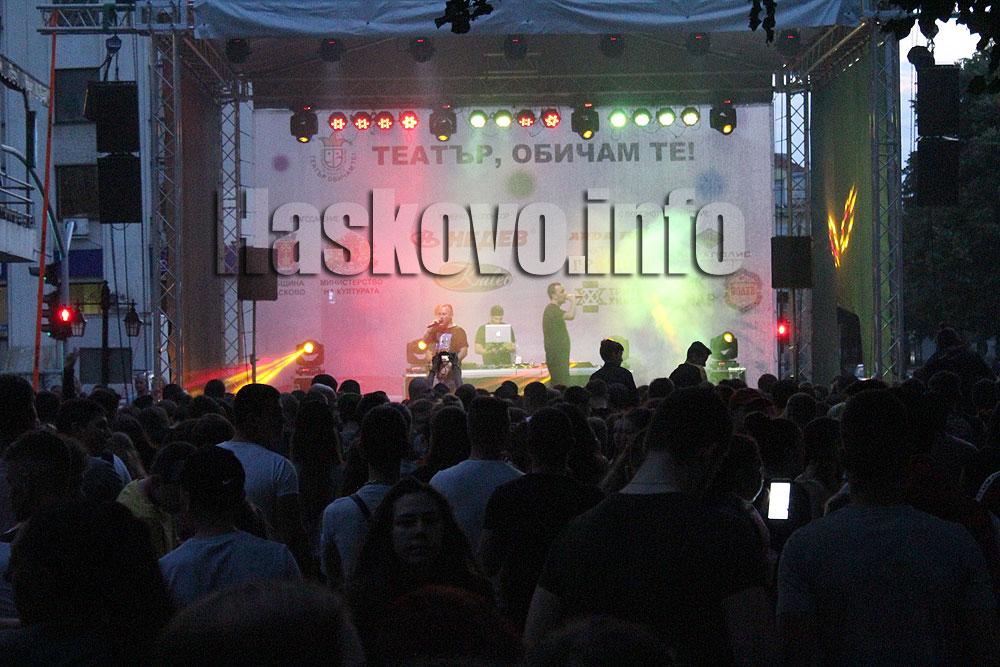 """Фенове нападнаха """"СкандаУ"""" още на репетицията, стотици на концерта в дъждовно Хасково"""