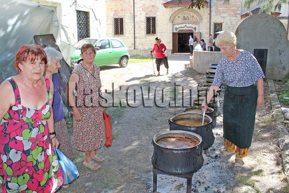 Раздават 12 казана постен фасул за Богородица в Хасково