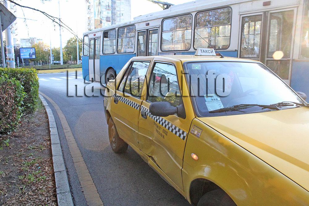 """Ауди блъсна такси с пътнички в кръговото на """"Раковски"""" в Хасково"""