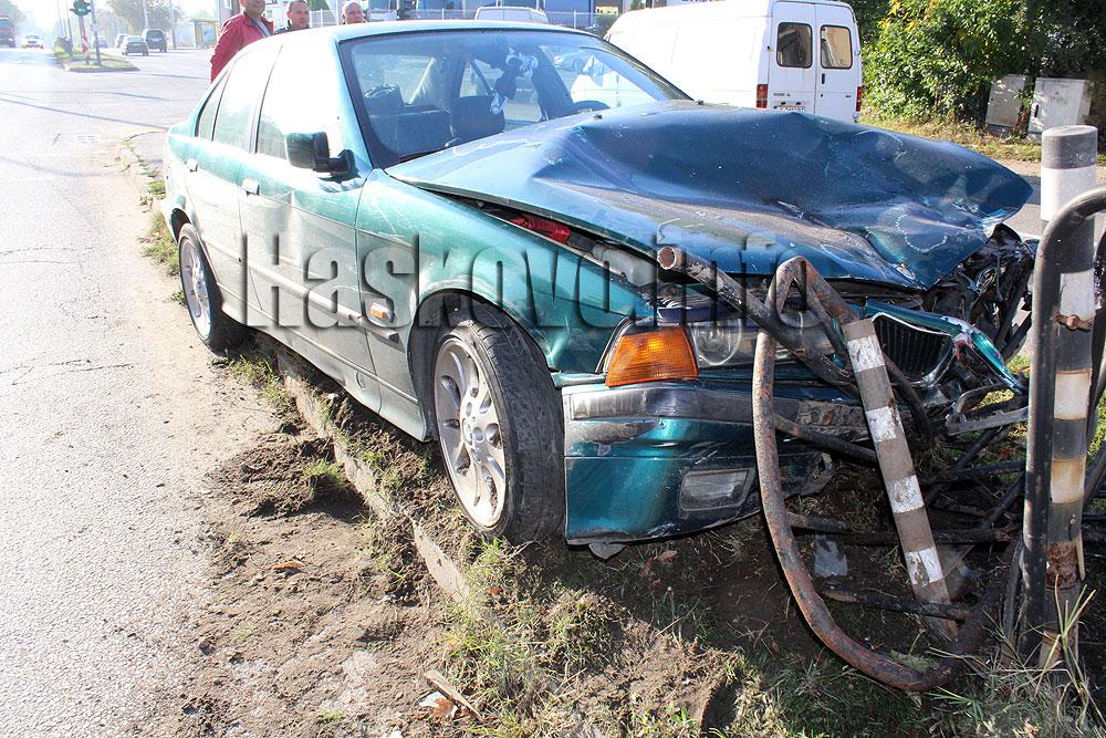 БМВ се заби в заграждения след удар от Фолксваген в Хасково
