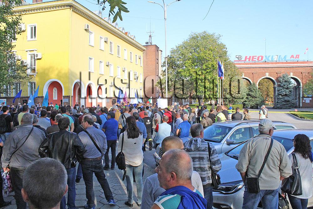 """Стотици работници на """"Неохим"""" протестираха срещу съкращенията, искат по-ниска цена на природния газ"""