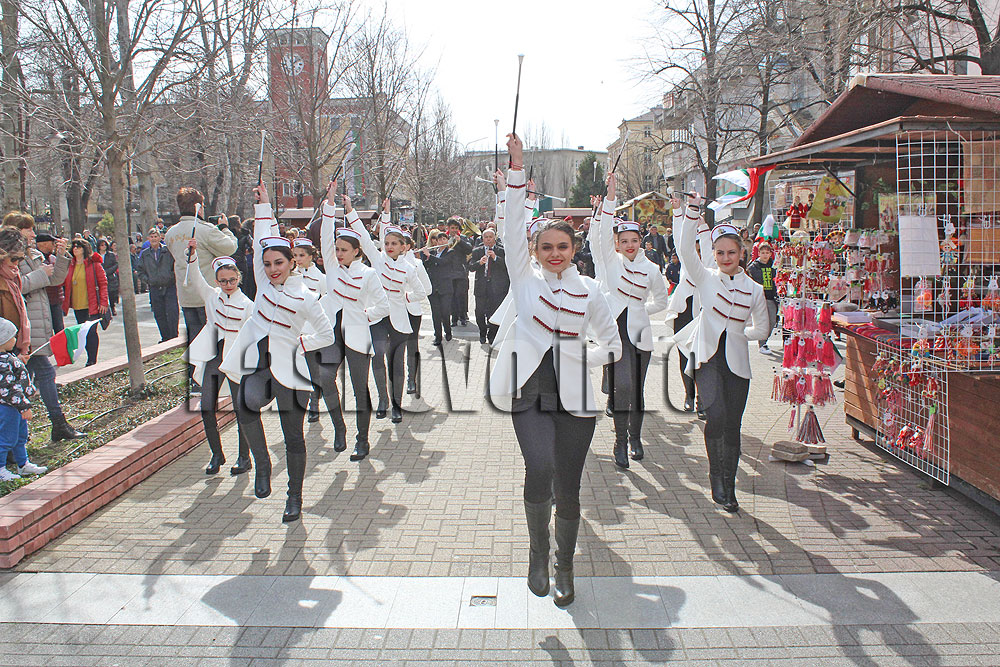 Точно в 12 часа на площада се изви голямо българско хоро.